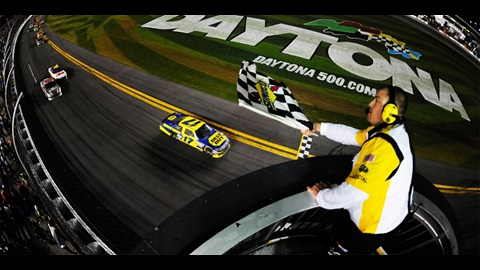 Kenseth holds off Earnhardt Jr., survives to win bizarre Daytona 500