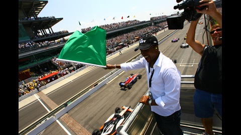 2006 Honorary Starter 'Sugar' Ray Leonard excitedly waves the green flag for the 2006 Indianapolis 500 as the field of 33 flies by